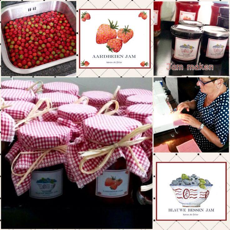 Jam gemaakt van aardbeien en blauwe bessen. Mooi etiket zelf gemaakt en leuk geruit lapje genaaid! Leuk cadeautje