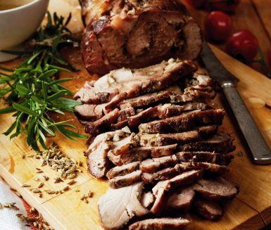 Porchetta är en spännande italiensk kötträtt på fläskkarré, som man skär till en större och tunnare bit, fyller med vitlök, fänkål och rosmarin och sedan rullar ihop till en rulle. Den här rullade smakrika fläskrätten kan med fördel lagas dagen före.