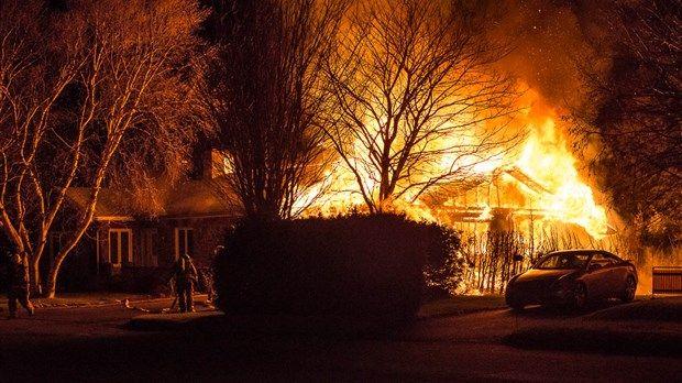 Une maison est la proie des flammes à Rivière-du-Loup | infodimanche.com