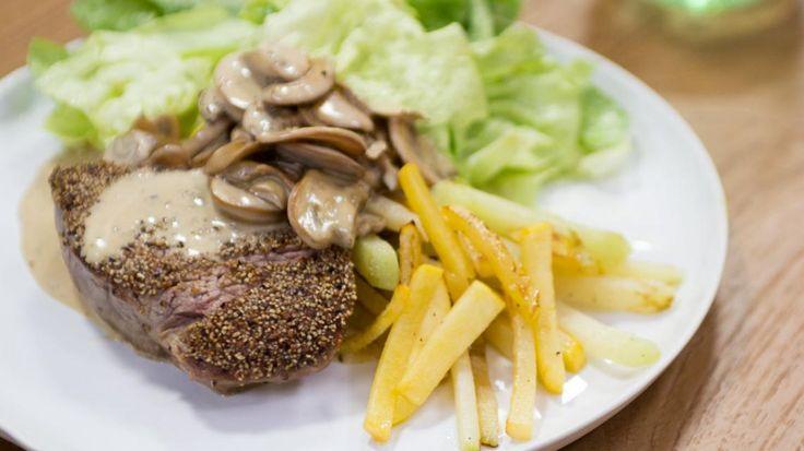 Op grootmoeders wijze met Lien Degol: steak friet met peperroomsaus   VTM Koken. De avocadomayonnaise was heel lekker!