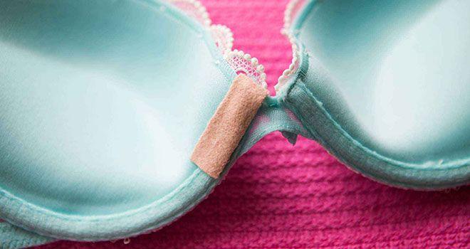 Une baleine déchire le tissu de votre soutien-gorge et vous blesse ? Réparez-le avec un pansement adhésif.