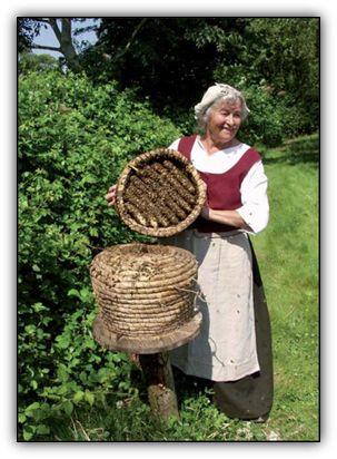 I Den Fynske Landsby er der i alt fire bifamilier, to i halmkuber og to i trugstader, men det er de to halmkuber i haven ved Fjeldstedgården