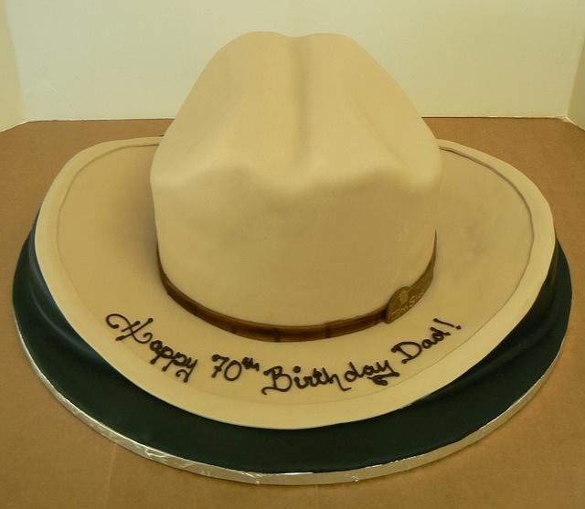 Gâteau 70e anniversaire parfait pour un chapeau de cowboy de la boulangerie Night Kitchen   – Tortenideen