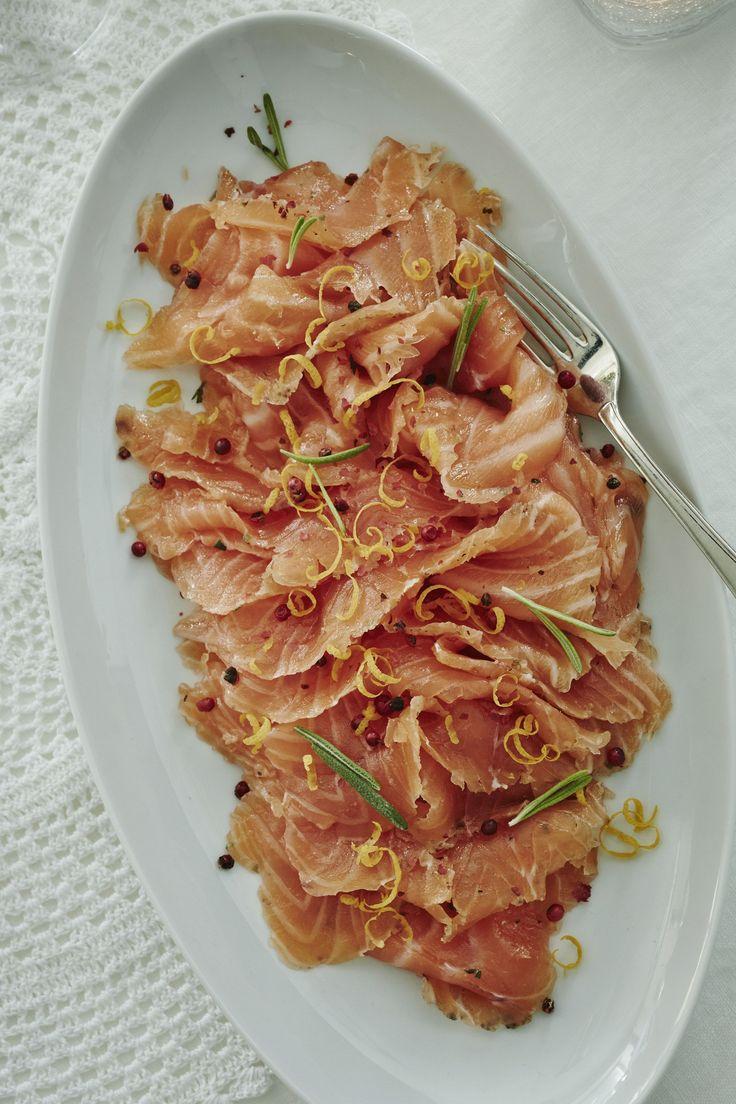 Saat vaihtelua kalapöytään, kun maustat graavilohen appelsiinilla ja rosmariinilla.