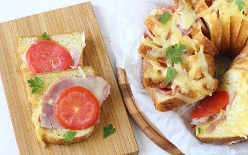 Ciambellone di toast con prosciutto e formaggio