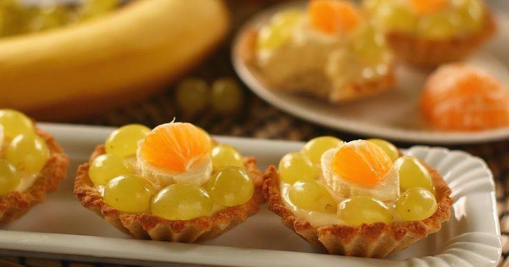 Egyszerű vendégváró édesség, amit az évszaknak megfelelőlen variálhatunk a rárakosgatott gyümölcsökkel.  Hozzávalók 24 darabhoz:...