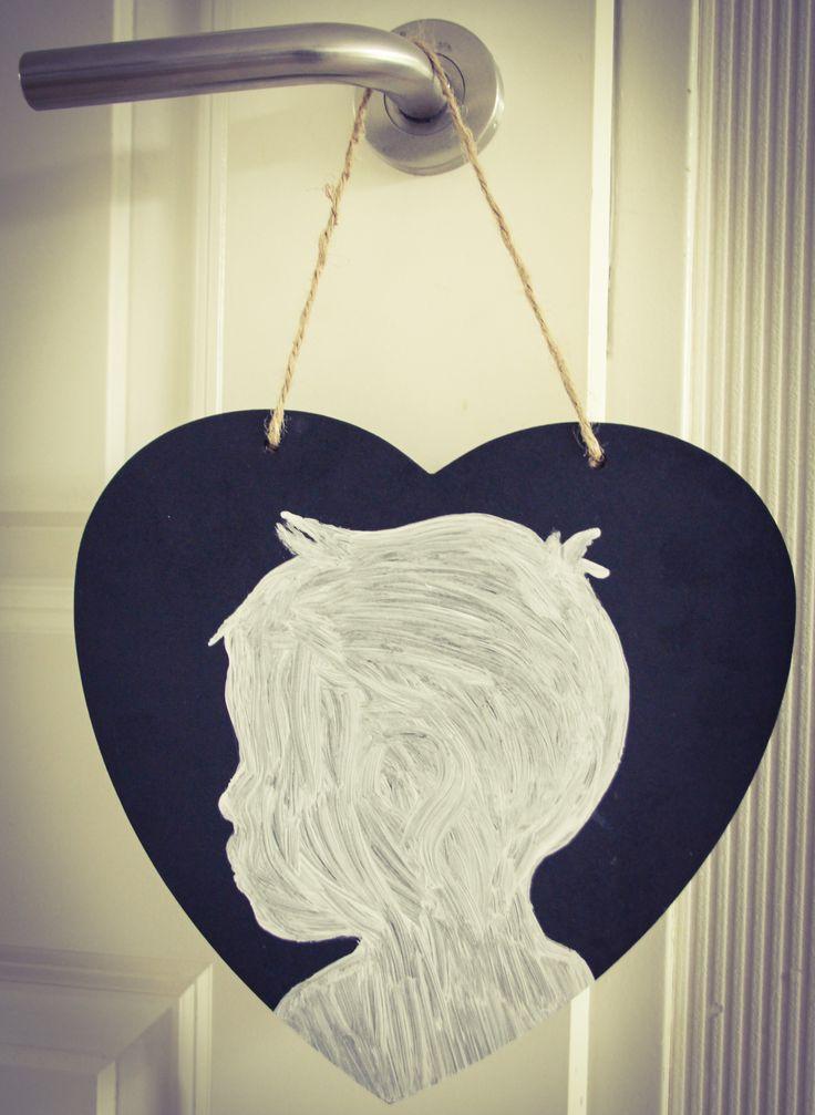 Silhouet kind op hout. Leuk idee voor Kerst, Vaderdag / Moederdag of als cadeau voor opa / oma. Houten hart is te koop bij Action. Werkwijze: foto uitgeknipt, omtrekken foto met potlood en dan het silhouet verven. #creakidz #DIY #knutselen