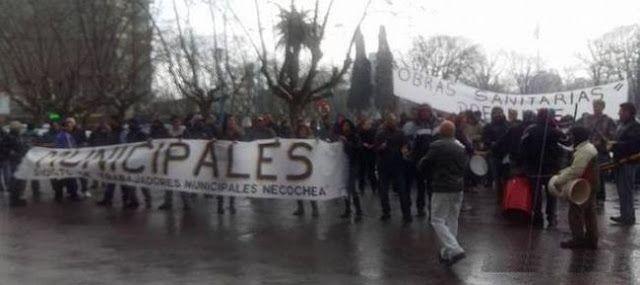 MUNICIPALES MARCHARON BAJO LA LLUVIA POR EL COBRO DESDOBLADO   Municipales marcharon bajo la lluvia por el cobro desdoblado Afiliados al Sindicato de Trabajadores Municipales de Necochea (STMN) se movilizaron por las calles del centro de la ciudad en reclamo por el cobro desdoblado del sueldo decisión adoptada por el Departamento Ejecutivo ante la falta de dinero. La ruidosa marcha se concentró frente al Palacio Municipal en la plaza Dardo Rocha y recorrió diferentes arterias de la ciudad…