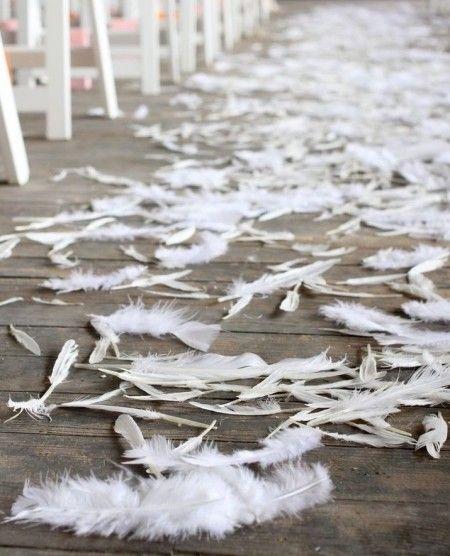 Coucou les Brides ! :D Vous connaissez l'expression anglaise 'Birds of a feather, flock together' ? En français, cela donne quelque chose comme 'Qui se ressemble, s'assemble'. Eh bien, voici notre thème déco d'aujourd'hui : des oiseaux et des plumes