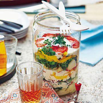 Салаты на природу  Салаты на природу должны быть соответствовать 2 главным условиям: их можно приготовить заранее и их удобно транспортировать.  Два летних салата на природу - на пикник ли, на барбекю, просто на дачу - можно приготовить дома и взять с собой.  Оба салата легко готовятся, вегетарианские и полны витаминов и других полезностей!  I. Слоеный салат II. Картофельный салат с арбузом  Салаты на природу не калорийные, но зато в них много витаминов!