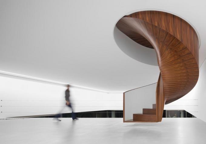 Vista interior, escalera de caracol. Casa Cubo, Sao Pablo, Brasil de Isay Weinfeld. Fotografía © Fernando Guerra. Señala encima de la imagen para verla más grande.