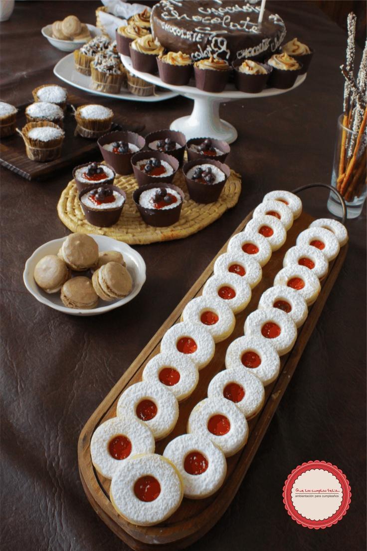 Cumpleñaos súper chocolate y frutos rojos. La mesa