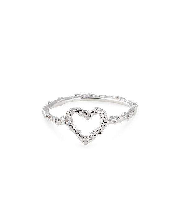 En nätt ring med ett hjärta helt i sterlingsilver. Ringen har vår alldeles unika yta som reflekterar ljus och gör att den strålar! Mått: Hjärtat 8×7 mm FRI FRAKT