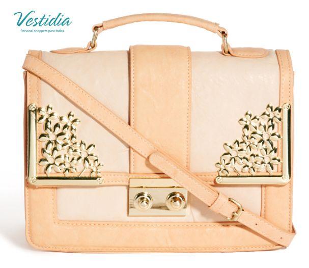 Coqueto bolso con apliques dorados ideal para cualquier época del año