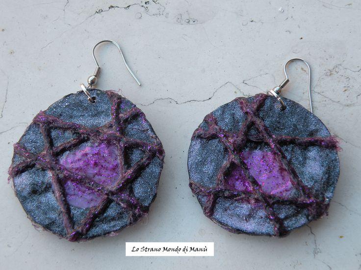 Riciclo creativo: orecchini realizzati con tappi di plastica squagliati, fili di lana e brillantini.