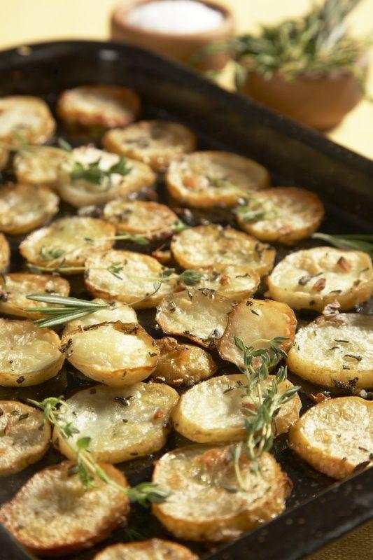 Ingredience: brambory 1,4 kilogramu (menší), česnek 5 stroužků, tymián 4 snítky (čerstvý), rozmarýn 2 snítky (čerstvý), šalvěj 4 lístky (čerstvá), olej olivový 4 lžíce, sůl mořská, sůl (obyčejná).