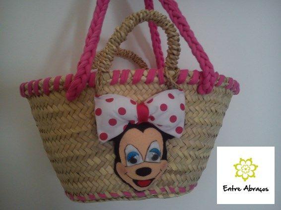 Cesta de Verga decorada com a Minnie (tamanho para crianças)  Valor: $15.00  Disponível por encomenda ou no escritório!  entre.abracos.servicos@gmail.com