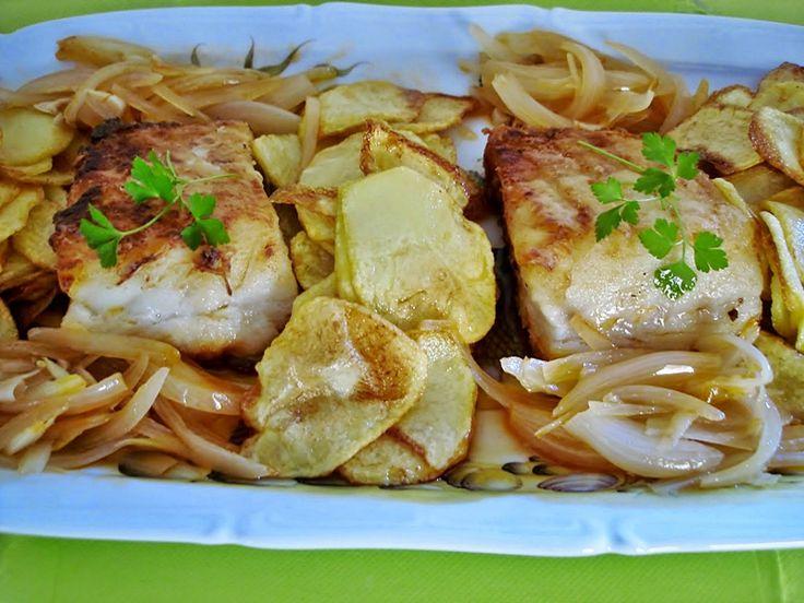 Bacalhau frito com molho de cebola  e tomate - http://www.receitasparatodososgostos.net/2016/01/26/bacalhau-frito-com-molho-de-cebola-e-tomate/