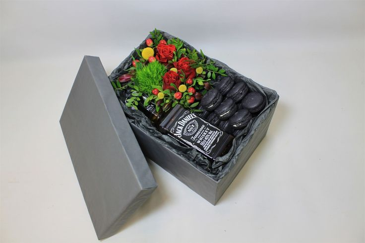 Желание клиента - ЗАКОН! Крутейшая черная коробка, черные Macarons, виски Jack Daniels, и конечно же яркая цветочная композиция, в составе которой: диантус, красные ягоды хипперикума, розы сорта El Toro, краспедии, леукодендрон и фисташка. Салон красоты и цветов Viva Rosa  050-362-35-55  ул. В. Вернадского, 1/3