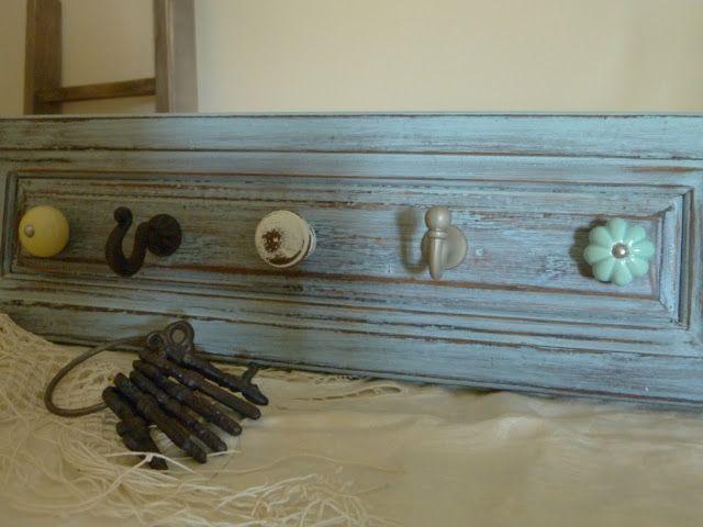 Perchero Vintage realizado con el frente de un cajón, pomos y colgadores reciclados.