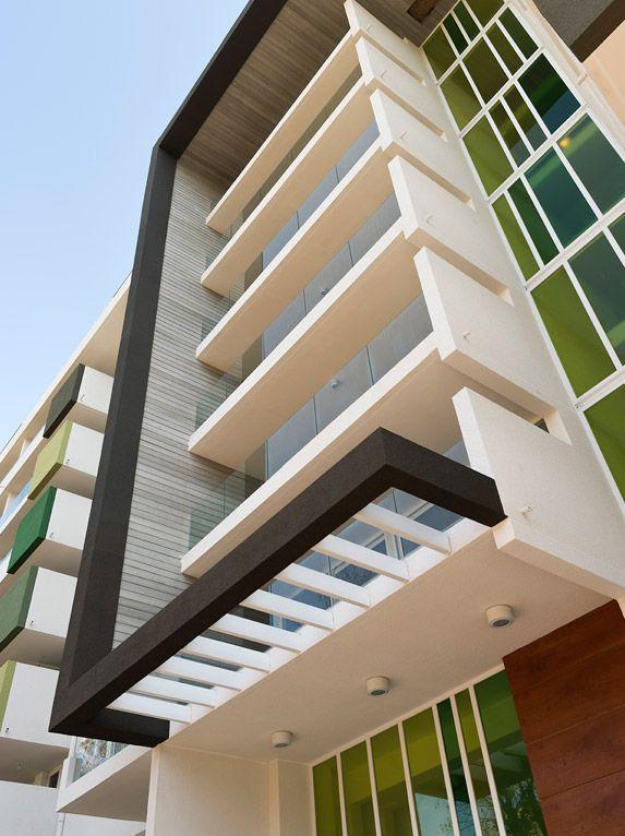 Edificio de 125 departamentos ubicado frente a 4.500 m² de áreas verdes con vista a Plaza D´halmar, un tranquilo barrio de la comuna de Ñuñoa donde la vida urbana se toma las ciclovías y el circuito de running del lugar.