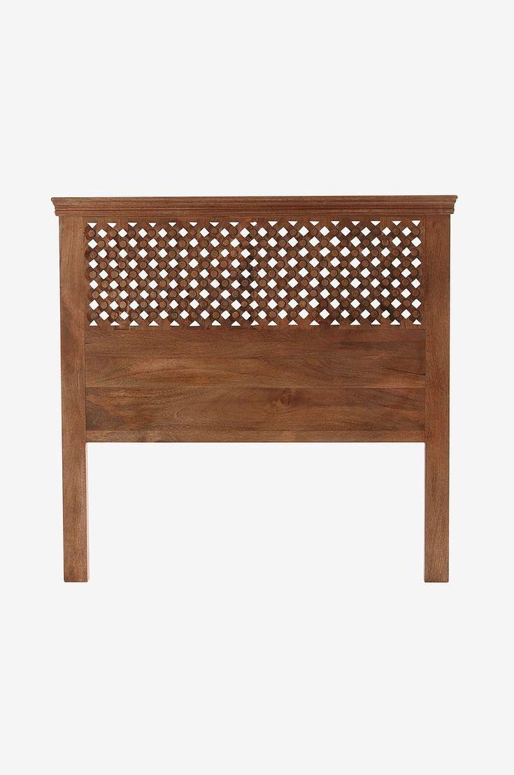 Rama in din säng med dekorativt snidad sänggavel i massivt mangoträ. Material: Massivt mangoträ. Storlek: Bredd 120 cm. Höjd 120 cm. Djup 7 cm. Beskrivning: Sänggavel i snidat mangoträ. Skötselråd: Torkas med fuktig trasa. Tips/råd: Gaveln behöver ingen montering. Ställ den bara mellan säng och vägg. .