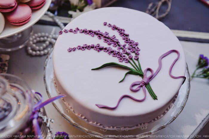 Центральный элемент вечера! Вкусный торт в белой глазури с тематическим рисунком в центре - ветвью лаванды!