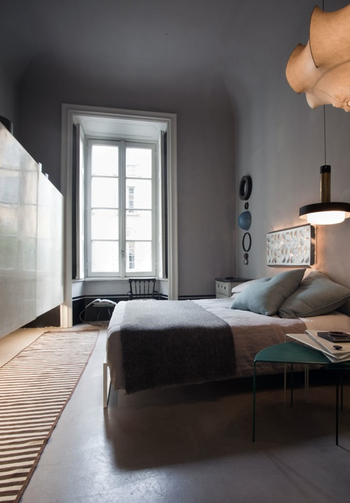 åpent hus: Hjem med stilmiks / Good mix of styles: Design Inspiration, Rugs Runners, Gray Bedspreads, Grey Wall, Home Interiors Design, Guest Rooms, Design Home, Calm Bedrooms, Modern Bedrooms