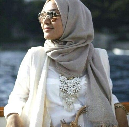 white floral necklace with hijab, How to wear statement necklace with hijab http://www.justtrendygirls.com/how-to-wear-statement-necklace-with-hijab/