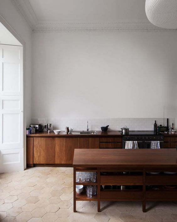 Kök i trä. Det bankar mitt hjärta för nu. Vi håller på med ett projekt där vi ritat in ett kök i valnöt från Birch & Wood. Kan nog
