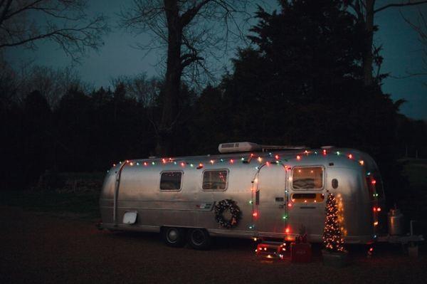Airstream Christmas lights: Metals Caravans, Airstream Christmas, Christmas Photo Shooting, Holidays, Roads Trips, Christmas Proposals, Christmas Lighting, Airstream Dream, Christmas Party