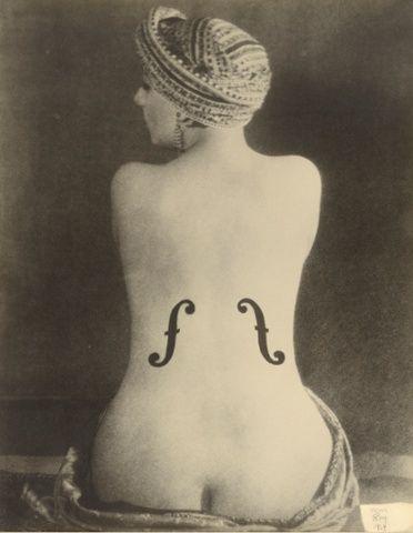 """""""Le Violon d'Ingres"""", fotografia de 1924 de Man Ray.  Veja mais em: http://semioticas1.blogspot.com.br/2014/08/nudez-e-arte-da-fotografia.html"""