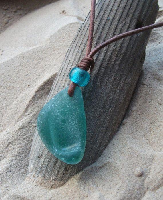 Schottischer Aqua-Seaglass und eine indische Glasperle selbst Leder Halskette anpassen. Alle Strand-Junge oder Mädchen lieben diese Halskette. Es gibt nur etwas über das Meer, die Art, wie die Sonne am Horizont auf einem klaren sonnigen Tag oder die pure Kraft der Wellen in einem Sturm untergeht. Das Meer ist Naturen spektakulärsten Kraft. Abholung findet am Strand entlang, dass im Laufe der Zeit, ob es sich um Millionen, Tausende oder gerade einmal 50 Jahren sein am Meer so berührt wor...