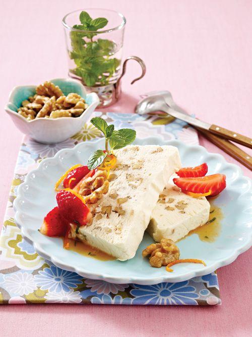 Walnuss-Parfait mit marinierten Erdbeeren