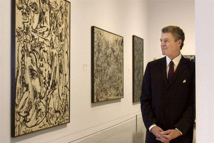 Em um dia como hoje, em 11 de agosto de 1956 morria o artista americano Jackson Pollock.   Paul Jackson Pollock (28 de janeiro de 1912 - 11 de agosto de 1956), conhecido como Jackson Pollock, foi um pintor americano influente e uma figura importante no movimento expressionista abstrato .   Ele era bem conhecido por seu estilo exclusivamente definido de pintura do gotejamento. Nesta imagem: Antiga Museu de Belas Artes, diretor Peter Marzio Houston se coloca perto de obras de Jackson Pollock…