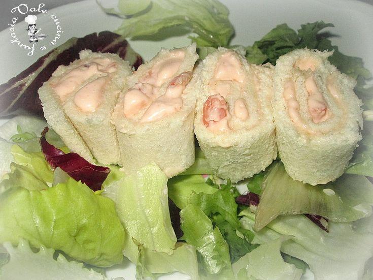Girelle di pan carrè con crema di gamberetti