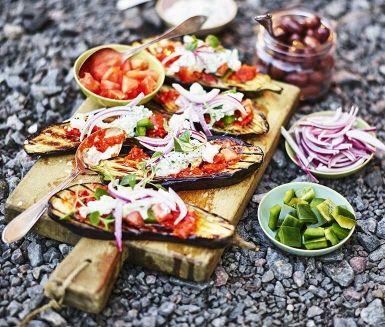 Härligt recept för vegogrillen med grillad aubergine, en klassisk grekisk fetaostsallad och självklart tzatziki - den grekiska röran som de flesta av oss inte kan få nog av. Perfekt som förrätt eller som huvudrätt om du serverar med ett gott bröd!