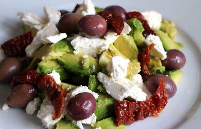 Snelle Mediterraanse salade met avocado, olijven & feta