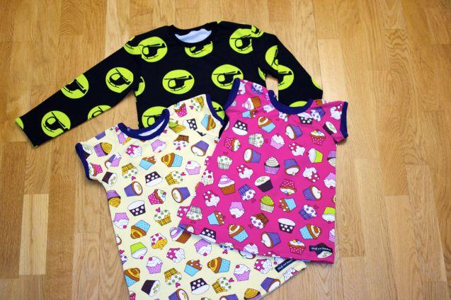 T-shirt: Helikoptrar svart/lime. Klänningar: Cupcakes gul med mörklila mudd och Cupcakes cerise med mörklila mudd. Stajl av Sandra