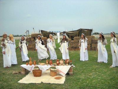 photo geto-daci-ritual-femei-dace-dacice-romanian-women-girls_zps8aa093c2.jpg