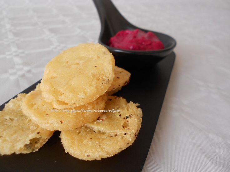 Le chips con farina di ceci sono facili da fare e accompagneranno le vostre serate in compagnia, avanti ad un drink o incollati alla tv. Semplici e golose