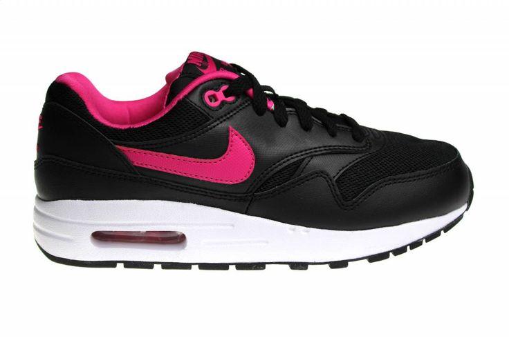 Een van de meest gewilde schoenen, de Nike Air Max 1, in een van de meest gewilde kleur: zwart met roze en wit. Bestemd voor meisjes en dames.