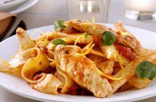 Lauwwarme salade van papardelle met geroosterde groenten en gegrilde kip met oregano en citroen