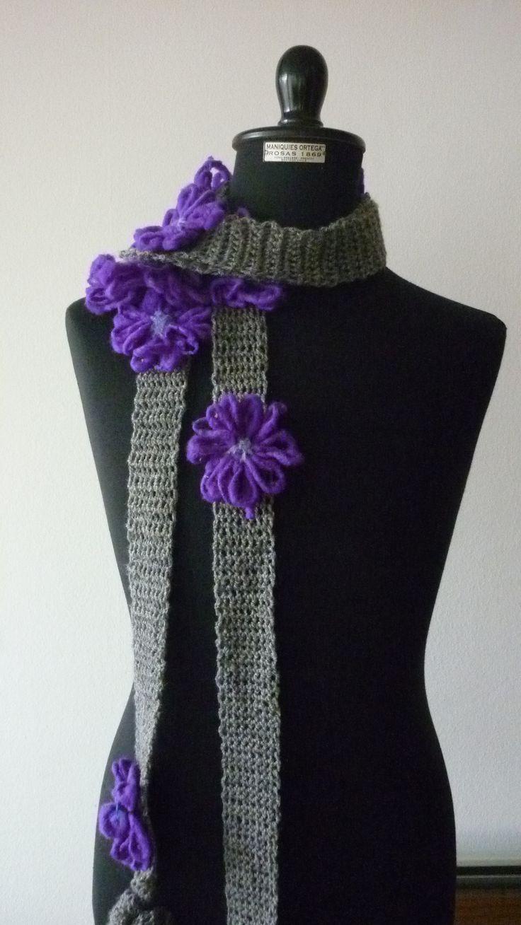 En lana cardada, con aplicaciones!  No sólo los collares son buenos complementos de vestir!