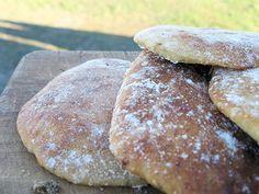 Rosmarin, Knoblauch, Mehl, Hefe und Joghurt verknetet zu einem Brotteig, geformt zu kleinen Fladen, gebacken, bis sie knusprig sind. Man kann sie zur Suppe reichen oder in einen Kräuter-Dip tauchen...