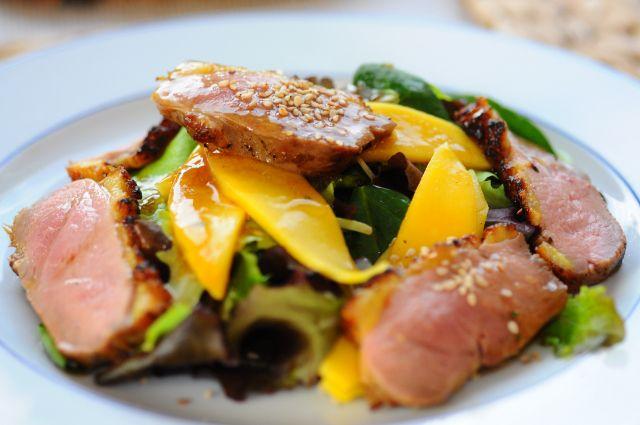 Halbgeräucherte Entenbrust mit Mango und Blattsalat
