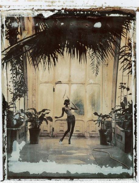 """Frau mit Federhut in """"Kew Gardens"""", Mode von Treacy Cadolle: Bei Naundorf ist..."""
