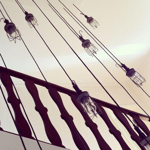 """suspensions industriels dans les escaliers """"La grande maison"""""""
