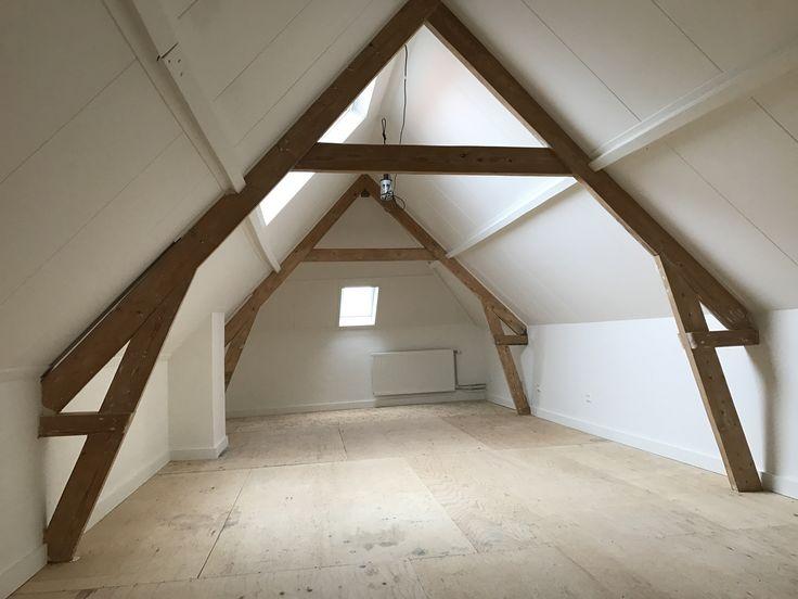 Van 2 kamers 1 grote ruimte gemaakt.  Nieuwe ramen geplaatst. Balken kaal gemaakt en muren, kleinere balken & plafond in de kleur 9010. Grote houten plinten aangebracht. Alleen de vloer nog afwerken.....