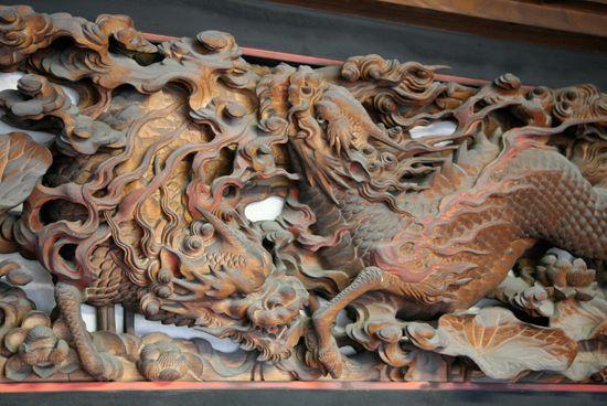 白亜の殿堂龍谷寺には、ハワイから寄贈された観音像や開運十一面観音像が置かれ、隣の120体の仏像が安置されている妙光堂は日本の優れた建築10傑のひとつに数えられている。  本堂には、石川雲蝶による透かし彫りの欄間があり、獏(ばく)や麒麟(きりん)といった獣が彫られている。  主な作品 本堂欄間・・・獏(二頭)、麒麟(二頭)、牡丹と唐獅子(二場面) 室中欄間・・・葡萄、朝顔、得誠和尚の行履(あんり)、夾山善会(かっさんぜんえ)など